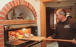 Kmetija Lešnik - peka kruha